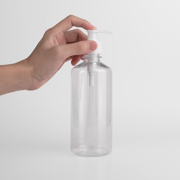 Leere transparente plastikflasche mit luftloser spenderpumpe mit etikett und werbung für gel, seife, alkohol, creme und kosmetika. Kostenlose Fotos