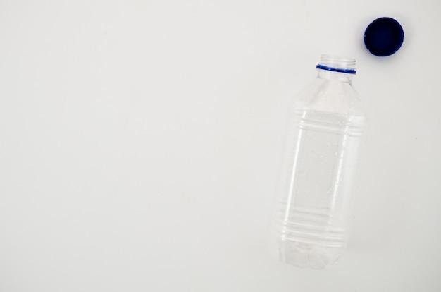 Leere transparente wasserflasche mit seiner kappe lokalisiert auf weißem hintergrund Kostenlose Fotos