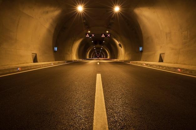 Leere tunnel beleuchtet Kostenlose Fotos