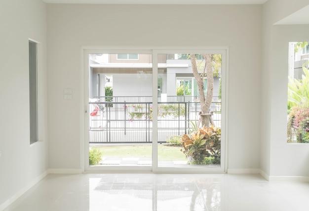 Wohnzimmer Tür, leere tür im wohnzimmer innenraum hintergrund   download der, Design ideen