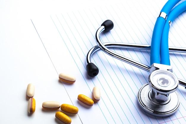 Leere verordnung, die auf tabelle mit stethoskop liegt Premium Fotos