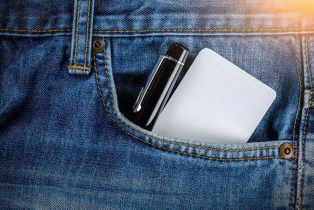 Leere visitenkarte, kreditkarte und stift in der jeanstasche Premium Fotos