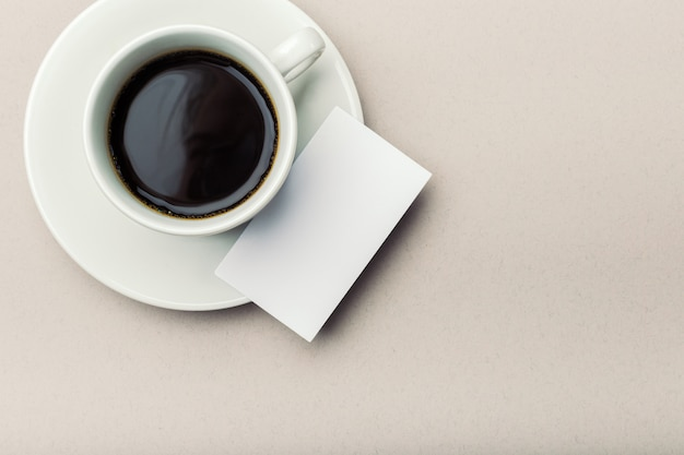Leere visitenkarte mit kaffeetasse Premium Fotos