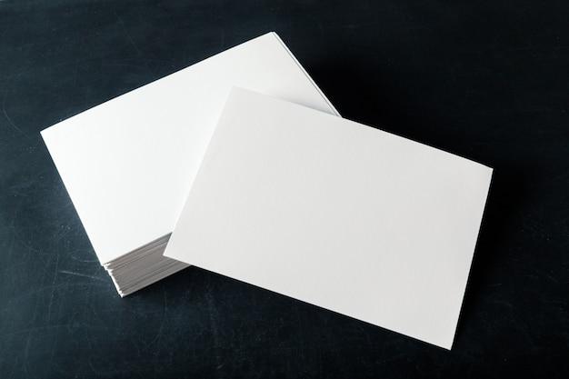 Leere visitenkarten des unterstützten papiers auf dem stapel Premium Fotos