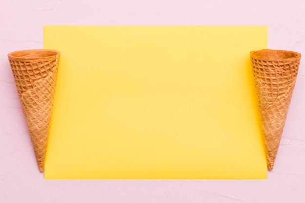 Leere waffelkegel auf unterschiedlichem farbhintergrund Kostenlose Fotos