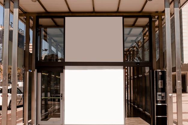 Leere weiße anschlagtafel auf dem eingang des unternehmensgebäudes Kostenlose Fotos