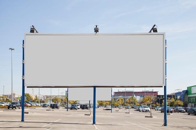 Leere weiße anschlagtafel auf dem parkplatz Kostenlose Fotos