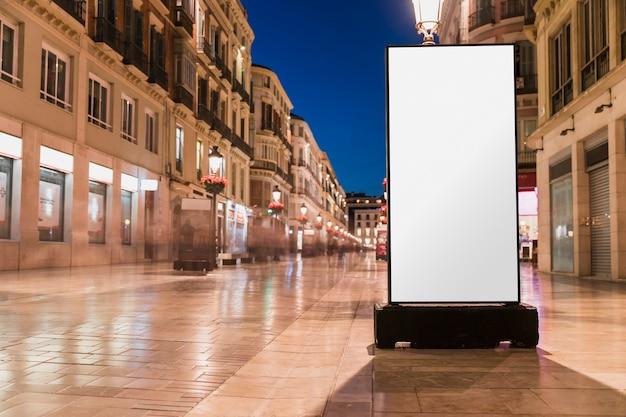 Leere weiße anschlagtafel auf stadtstraße Kostenlose Fotos