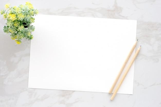 Leere weiße briefpapiere und bleistifte auf weißem marmorhintergrund Premium Fotos