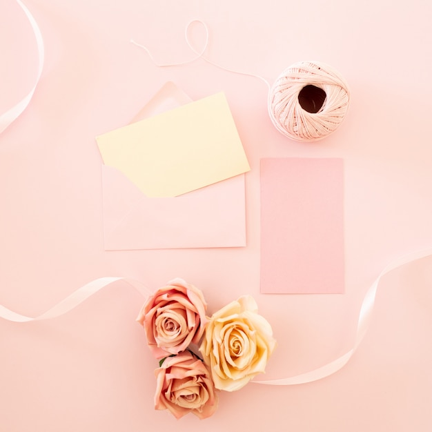 Leere weiße grußkarte mit rosa rose blumen blumenstrauß und umschlag mit blütenknospen Kostenlose Fotos