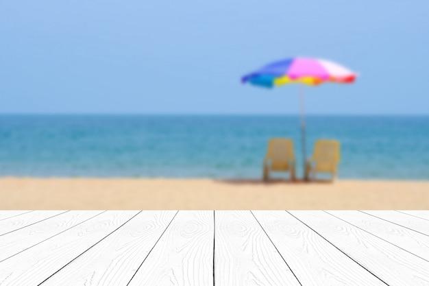 Leere weiße marmortabelle über blauem meer und himmel der unschärfe im sommerhintergrund Premium Fotos