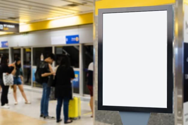 Leere werbungsanschlagtafel am flughafen. Premium Fotos