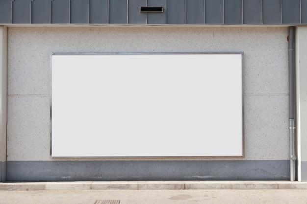 Leere werbungsanschlagtafel auf betonmauer Kostenlose Fotos