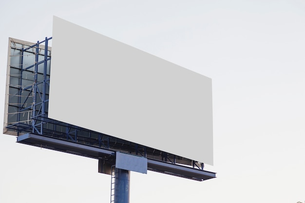Leere werbungsanschlagtafel im freien gegen weißen hintergrund Kostenlose Fotos