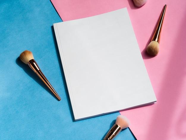 Leere zeitschrift der nahaufnahme mit make-upbürsten Kostenlose Fotos