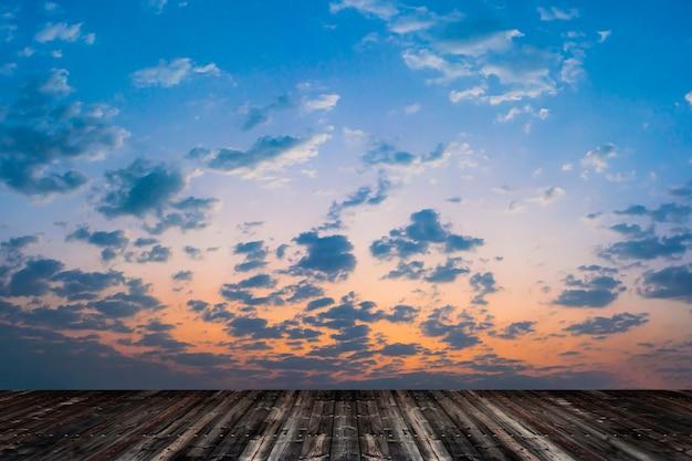 Leerer alter holzfußboden mit blauem himmel. Premium Fotos