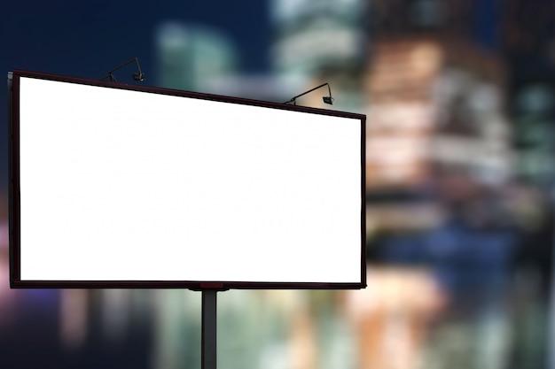 Leerer anschlagtafelspott oben gegen nachtgeschäfts-stadtzentrumhintergrund Premium Fotos