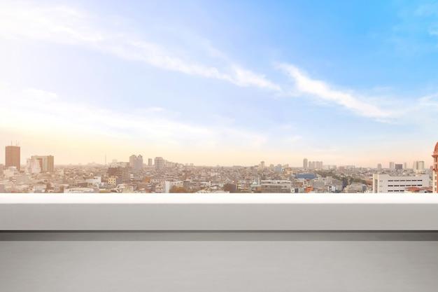 Leerer balkon mit modernen stadtbildern und hintergrund des blauen himmels Premium Fotos