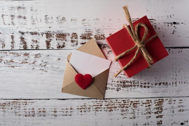Leerer buchstabe auf hölzernem hintergrund, valentinstagkonzept Kostenlose Fotos