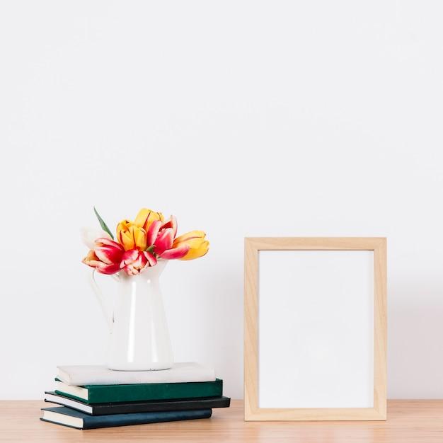 Leerer fotorahmen auf tabelle Kostenlose Fotos