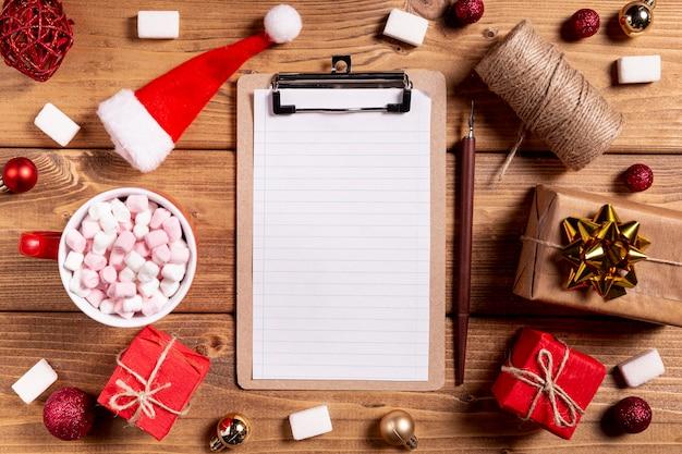 Leerer klemmbrettbleistift und weihnachtsgeschenke Kostenlose Fotos