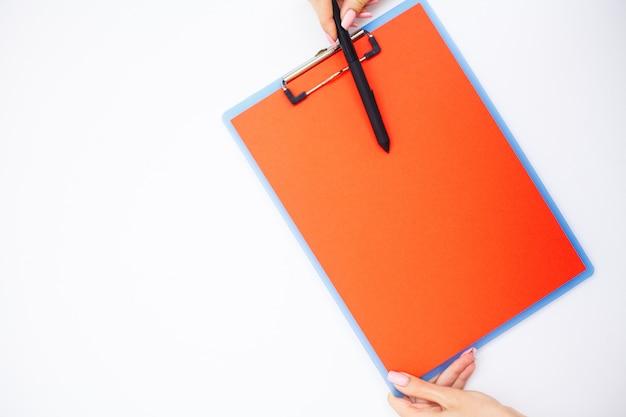Leerer ordner mit bereichspapier. hand, die ordner und griff hält Premium Fotos