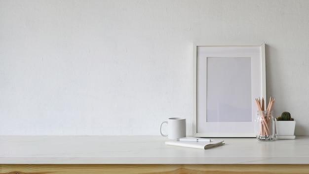 Leerer plakat- und kopienraum des weißen arbeitsplatzes mit innenministeriumversorgungen. Premium Fotos