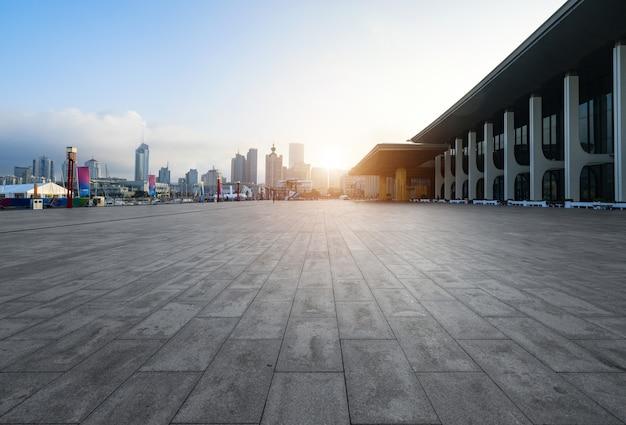 Leerer quadratischer boden und moderne gebäude in qingdao, china Premium Fotos