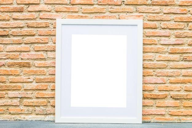 Leerer rahmen auf backsteinmauerhintergrund Kostenlose Fotos