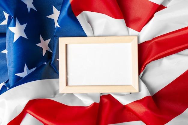 Leerer rahmen auf hintergrund der amerikanischen flagge Premium Fotos
