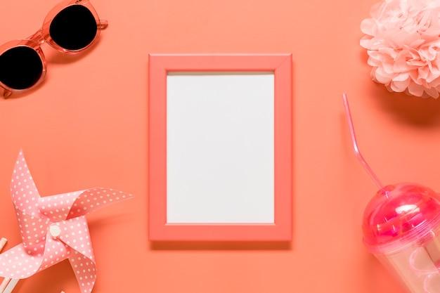Leerer rahmen mit dem weiblichen material gesetzt auf roten hintergrund Kostenlose Fotos