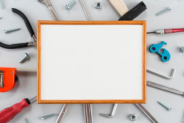 Leerer rahmen mit verschiedenen werkzeugen auf tabelle Kostenlose Fotos