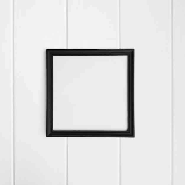 Leerer rahmen über weißem holz hintergrund für mock-up Kostenlose Fotos