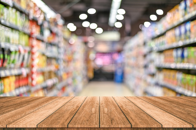 Leerer spitzenholztisch mit supermarktunschärfehintergrund Premium Fotos