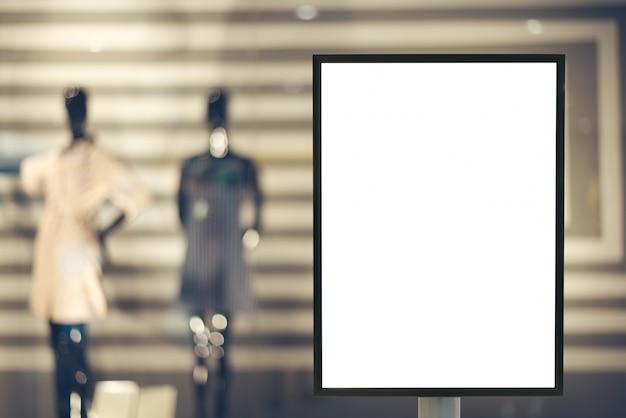 Leerer spott oben vom vertikalen plakatanschlagtafelzeichen mit kopienraum für ihre textnachricht oder inhalt im modernen einkaufszentrum. Kostenlose Fotos