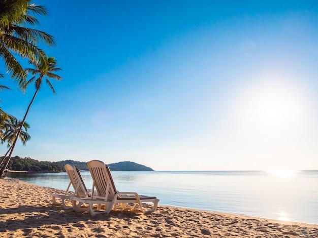 Leerer stuhl auf dem tropischen strandmeer und -ozean Kostenlose Fotos