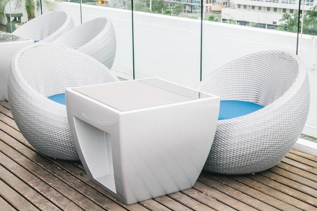 Leerer stuhl und tisch mit deck im freien Kostenlose Fotos