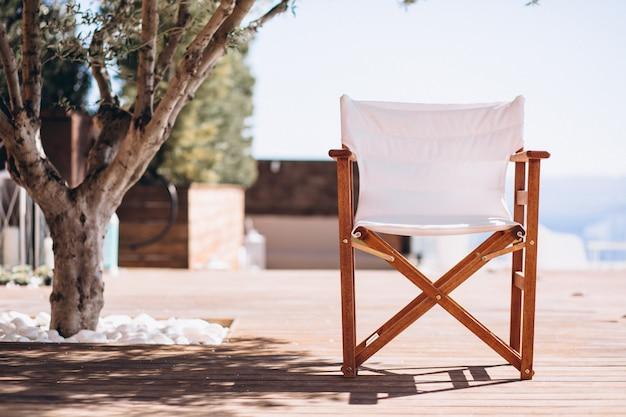 Leerer stuhl unter der palme am strand Kostenlose Fotos