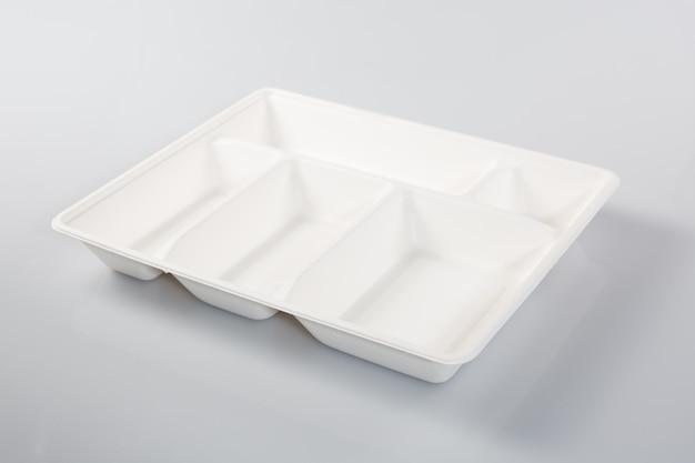 Leerer styroporplastikmahlzeitkasten lokalisiert auf weißem hintergrund Premium Fotos