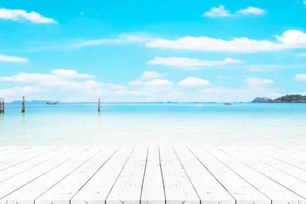 Leerer weißer perlenholztisch der perspektive auf die oberseite über unschärfehintergrund, kann verwendet werden, um für montageproduktanzeige oder entwurf zu verspotten. Premium Fotos