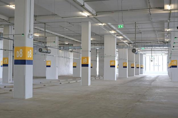 Leeres autoparken innerhalb des kaufhauses. Premium Fotos