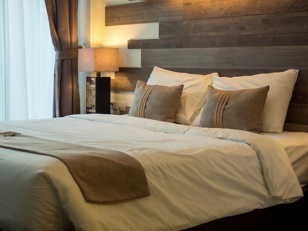 Leeres bett im luxuriösen und natürlichen schlafzimmer Premium Fotos