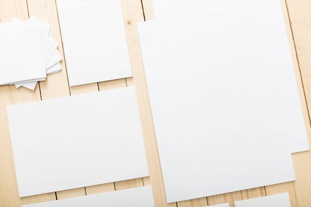 Leeres briefpapier eingestellt für brandingidentität, draufsicht Premium Fotos