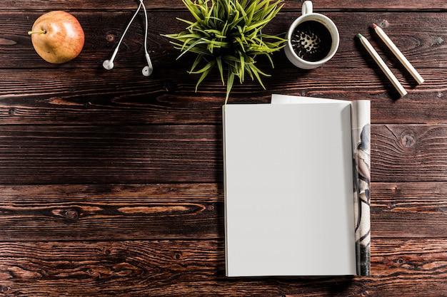 Leeres buch oder titelseite auf holz Premium Fotos