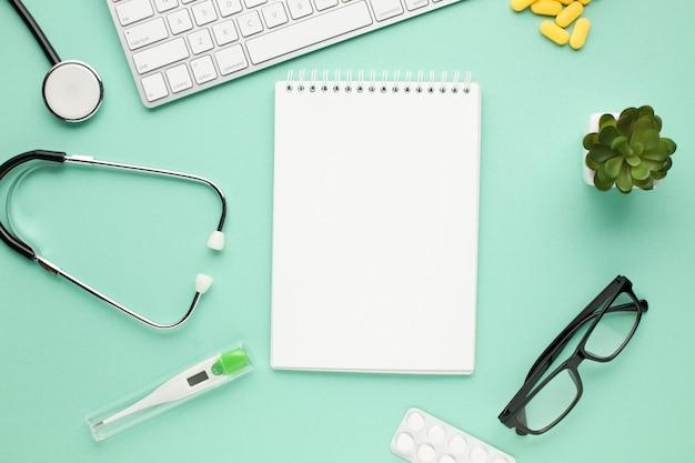 Leeres gewundenes tagebuch mit medizinischer ausrüstung auf schreibtisch doktors Kostenlose Fotos