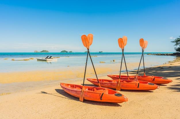 Leeres kajakboot oder schiff auf dem tropischen strand und dem meer Kostenlose Fotos