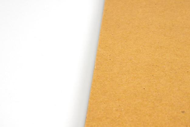 Leeres karton-hardcover auf weißem papier Kostenlose Fotos