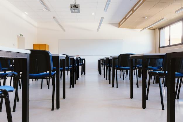 Leeres klassenzimmer in der bildungsuniversität Premium Fotos
