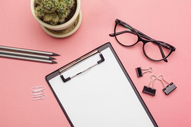 Leeres klemmbrettpapier auf rosa pastell Premium Fotos