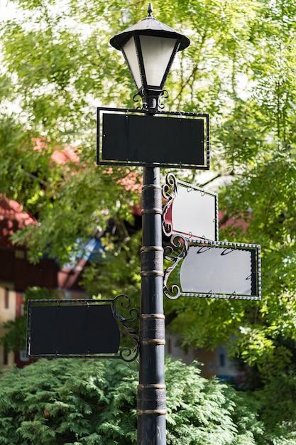 Leeres mock-ups-design auf laternenpfahl im freien Kostenlose Fotos